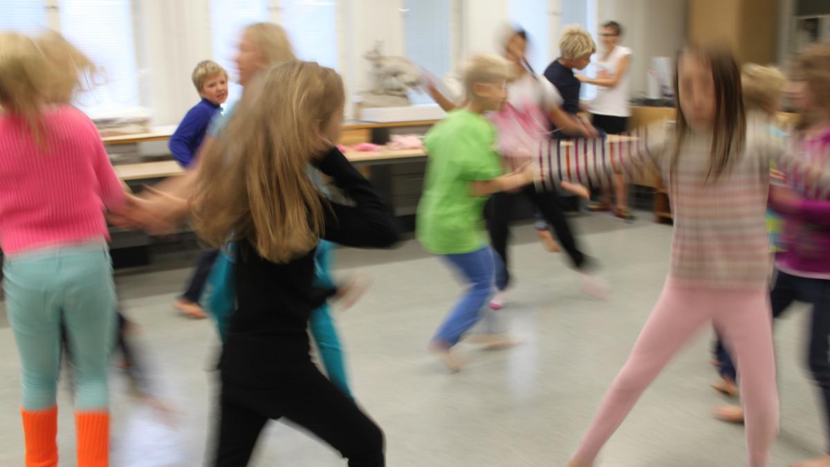 Lapsia juoksemassa sisätilassa