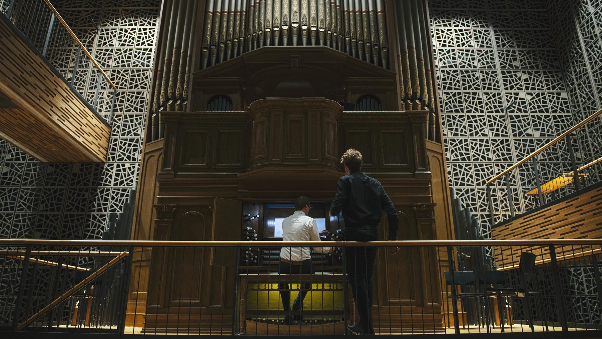 Urut ja kaksi miestä Organo-salissa Musiikkitalossa