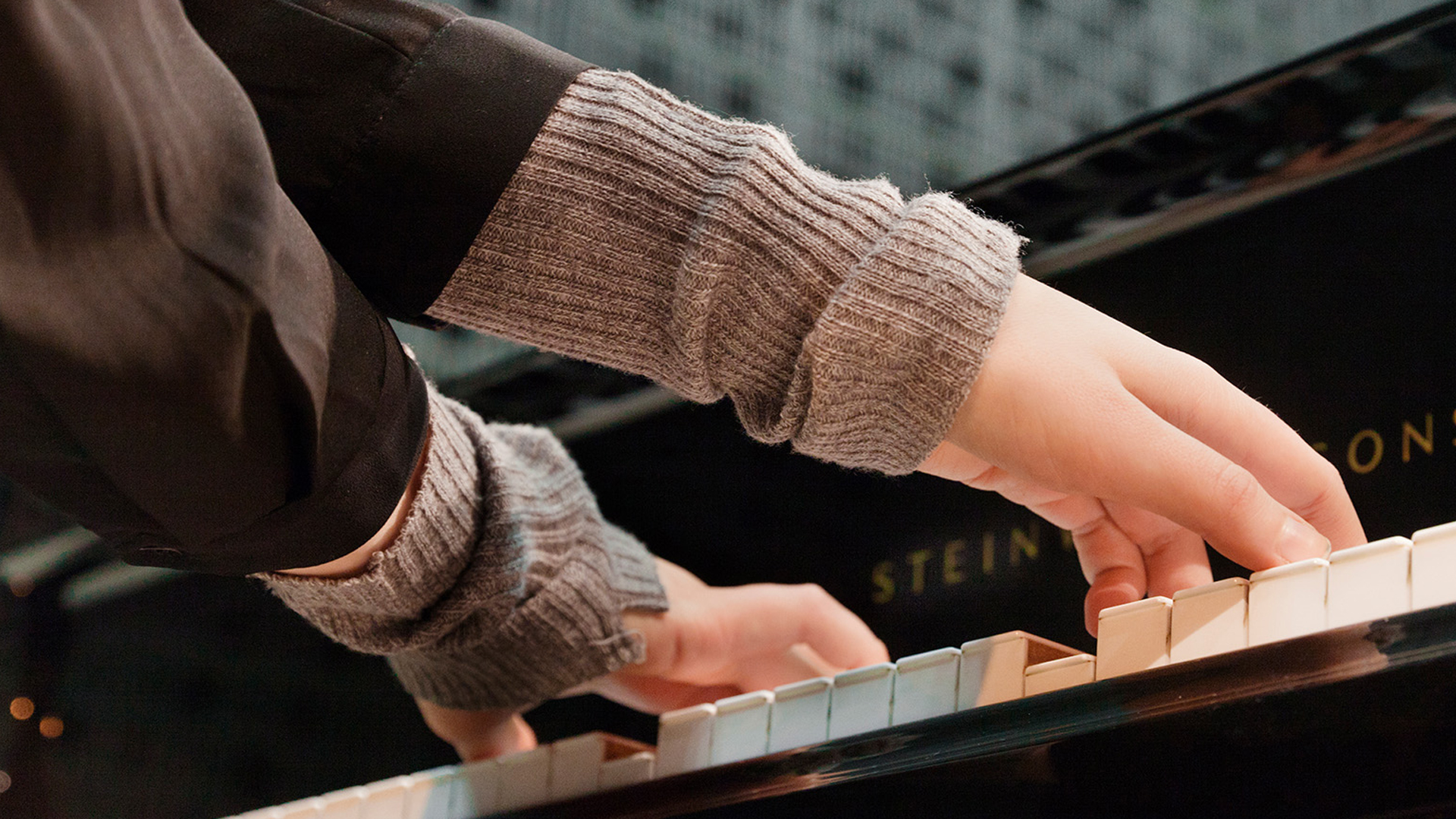 Kädet soittavat pianoa