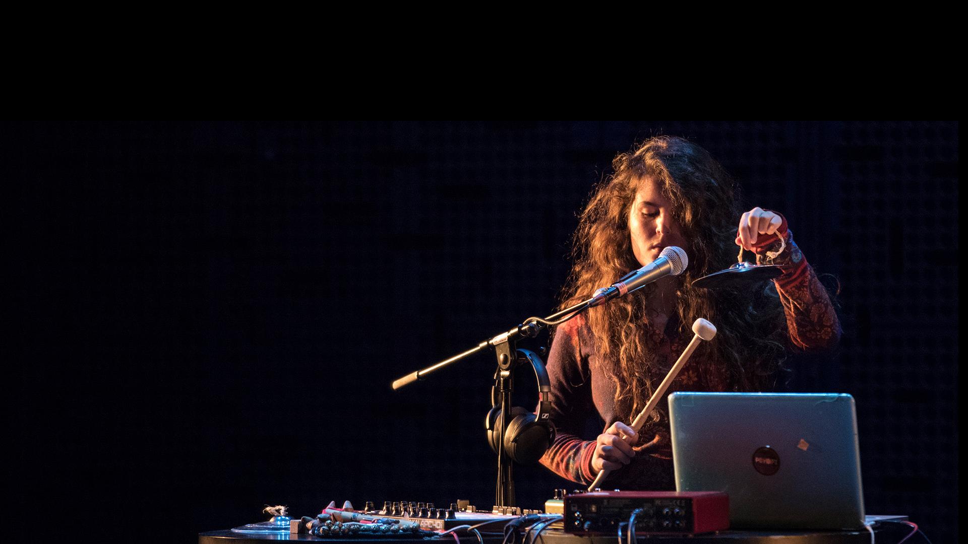 Opiskelija tekee musiikkia tietokoneella ja soittimilla