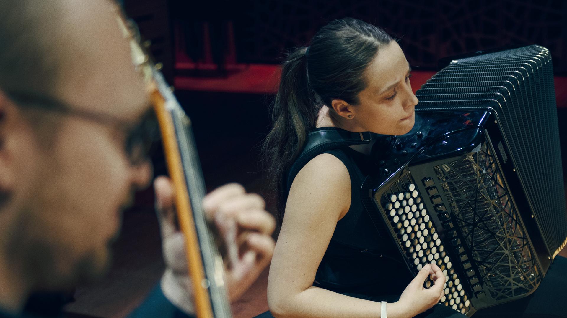 Opiskelija soittaa harmonikkaa
