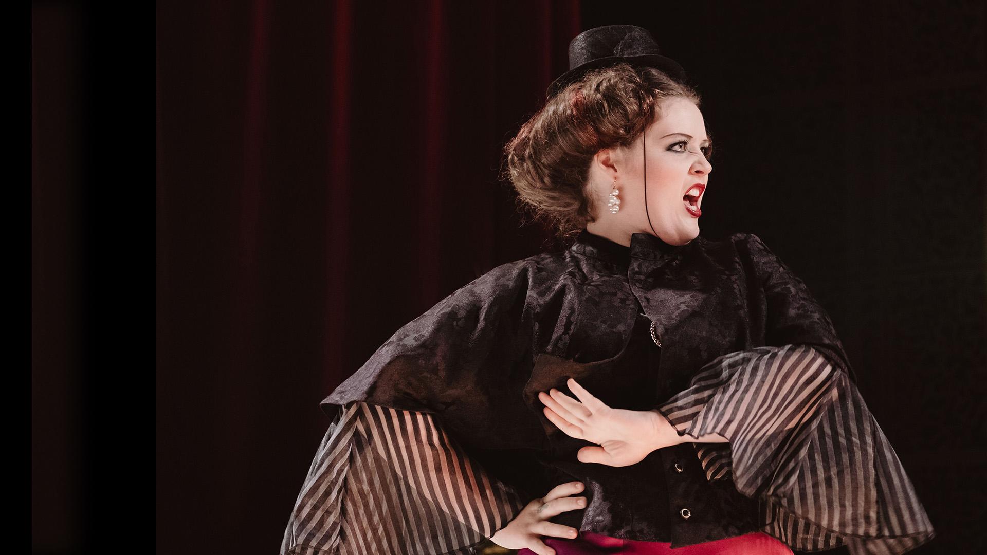 Nainen laulaa oopperaa
