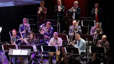 Iso joukko jazzsoittajia esiintymässä.