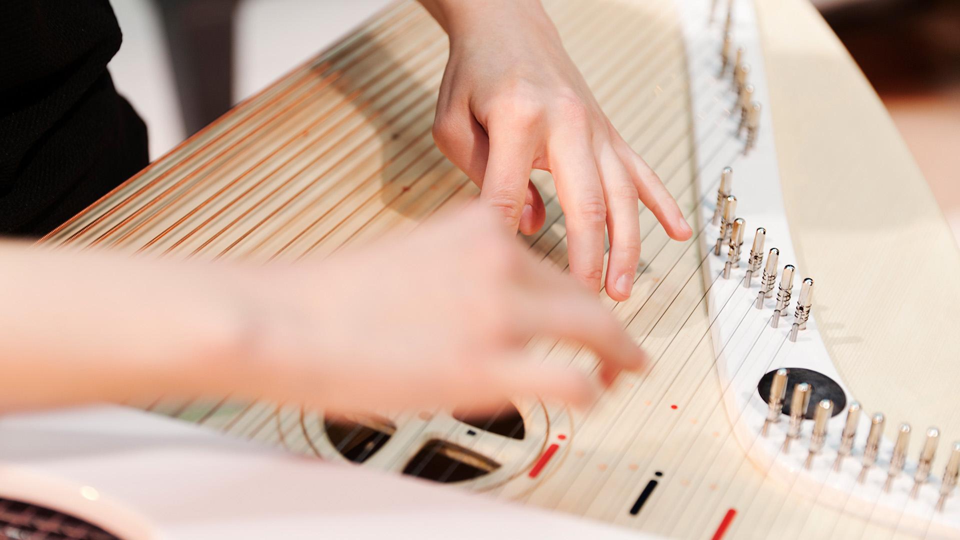Opiskelija soittaa konserttikannelta