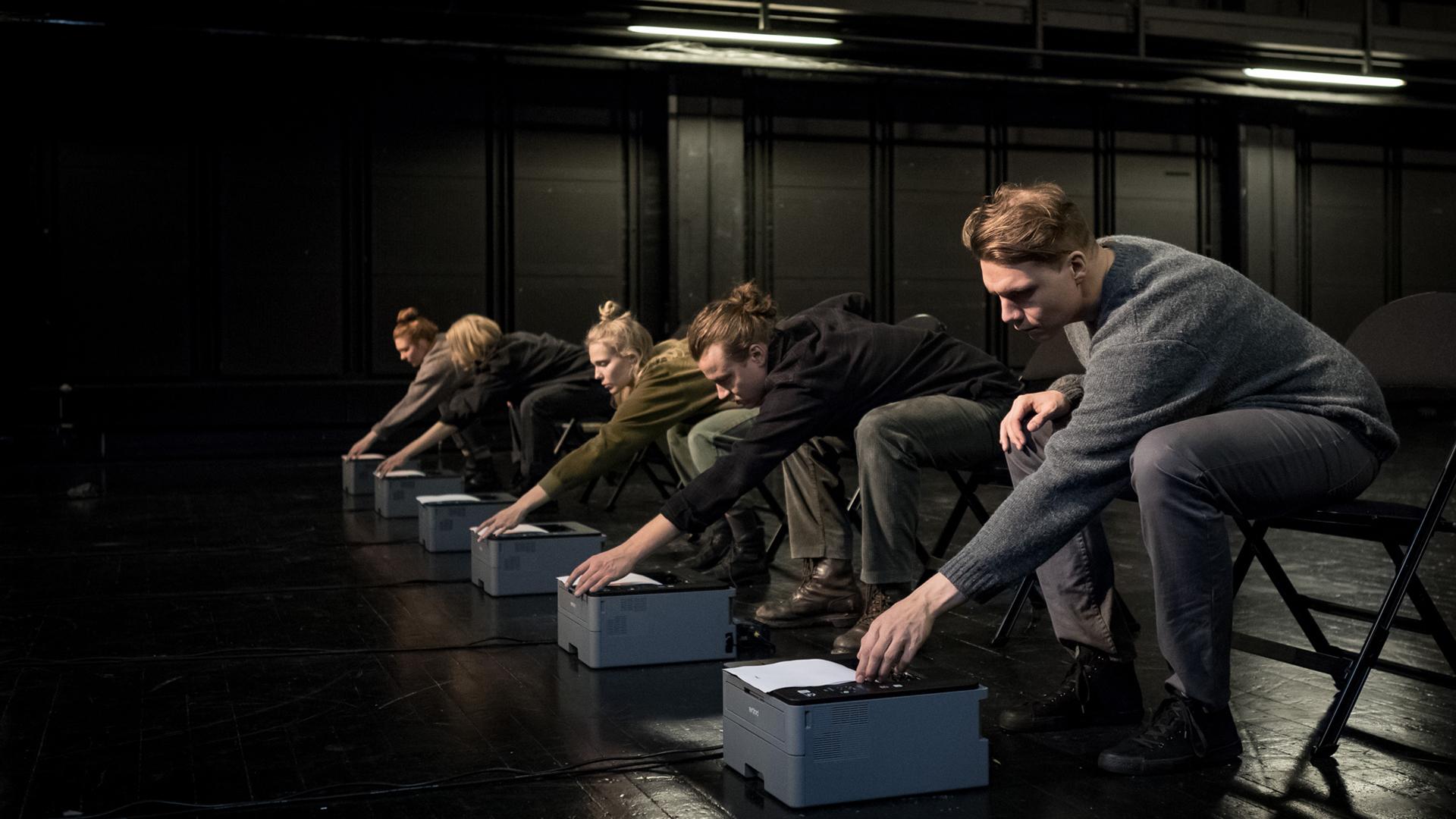 Joukko näyttelijöitä lavalla esityksessä Elinvoima