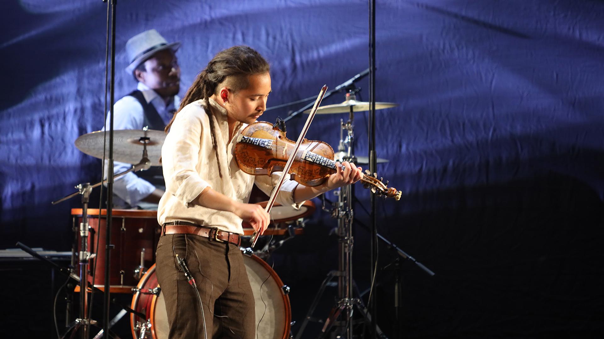 Oscar Beerten Sapion soittaa viulua The Boat Floats with Goats -konsertissa Global Spring -festivaalilla