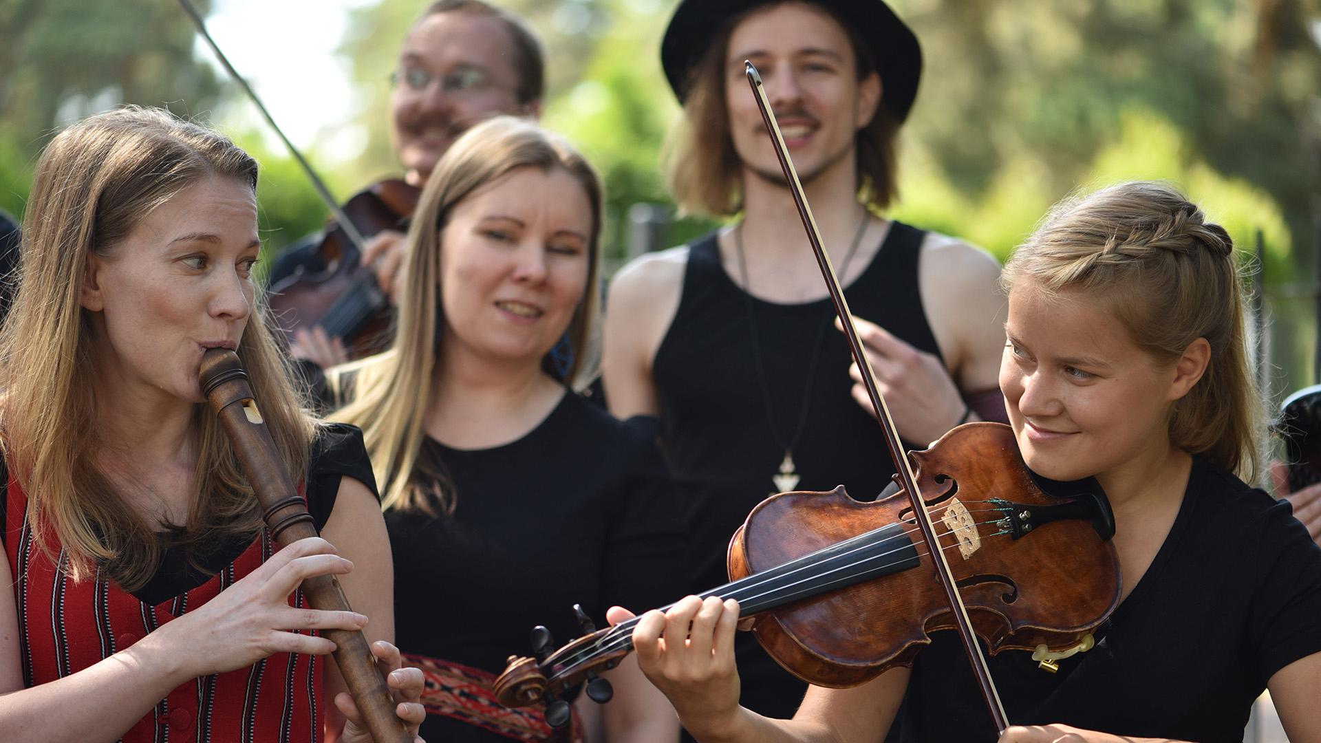 Opiskelijat soittavat kansanmusiikkia