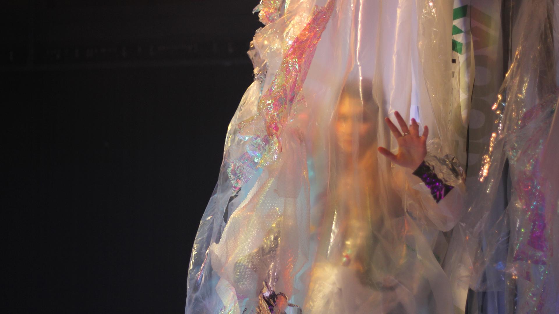 Nainen muovin takana, kuva esityksestä