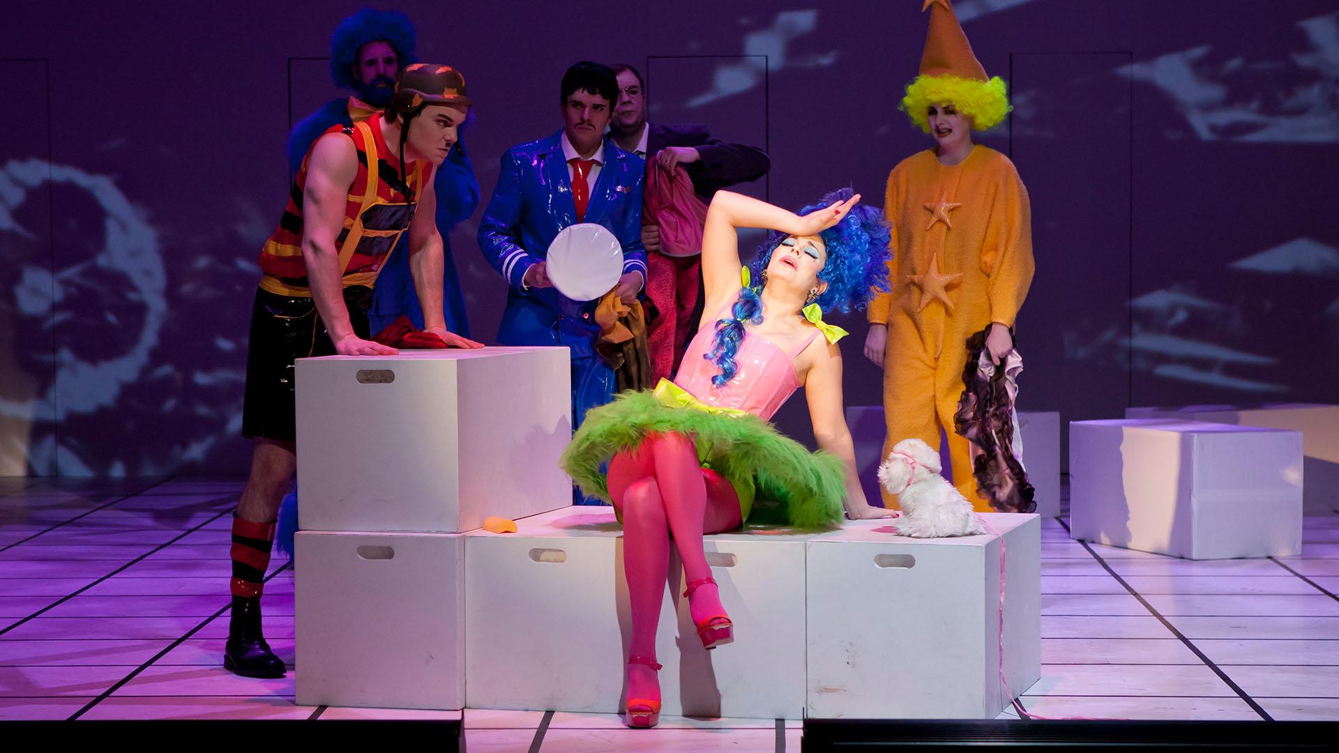 Kuva oopperaopiskelijasta roolissaan lavalla