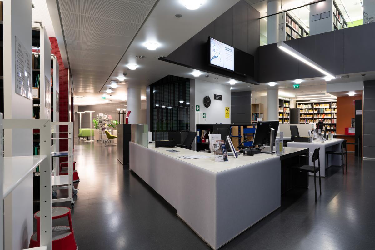 Kirjaston infopöytä