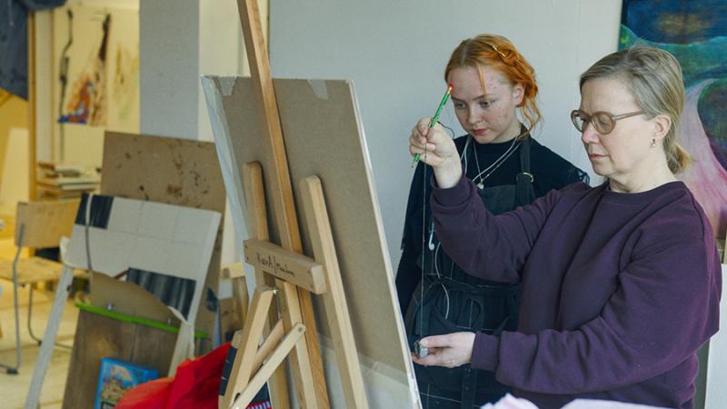 henkilö opettaa maalausta