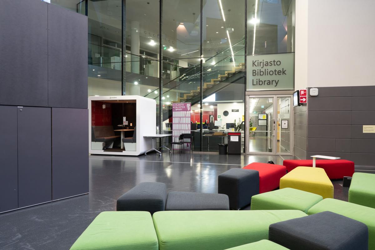 Kirjaston sisäänkäynti