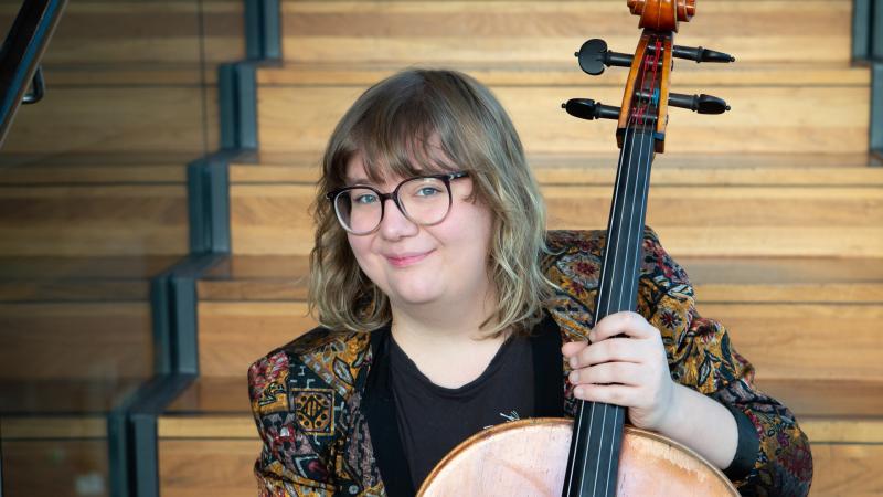 Sibelius Akatemian opiskelija sellon kanssa