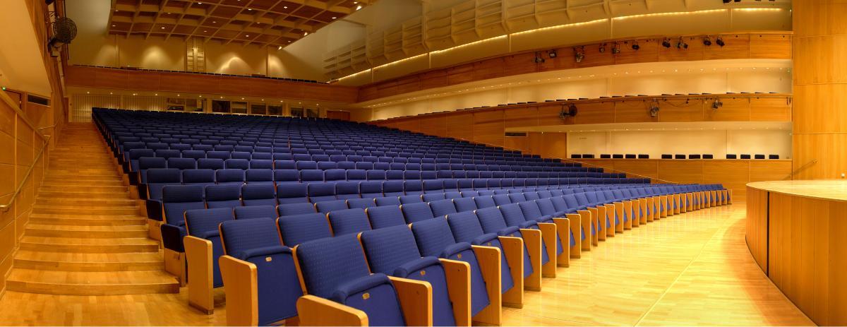 Kuopion musiikkikeskuksen konserttisalin penkit