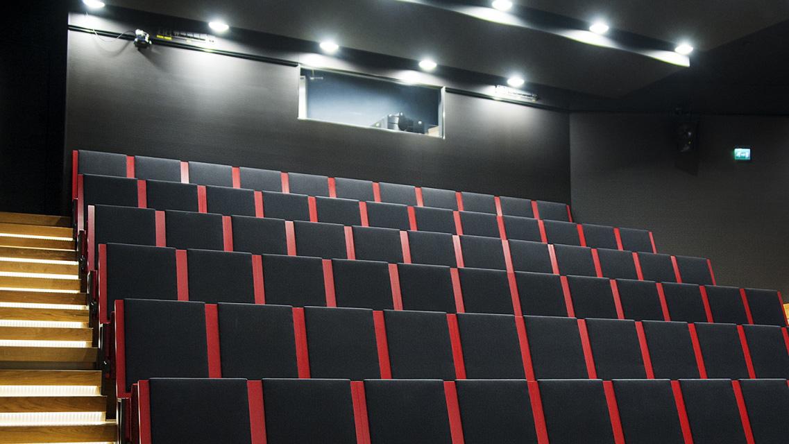 Auditorion nousevan katsomon istuimet