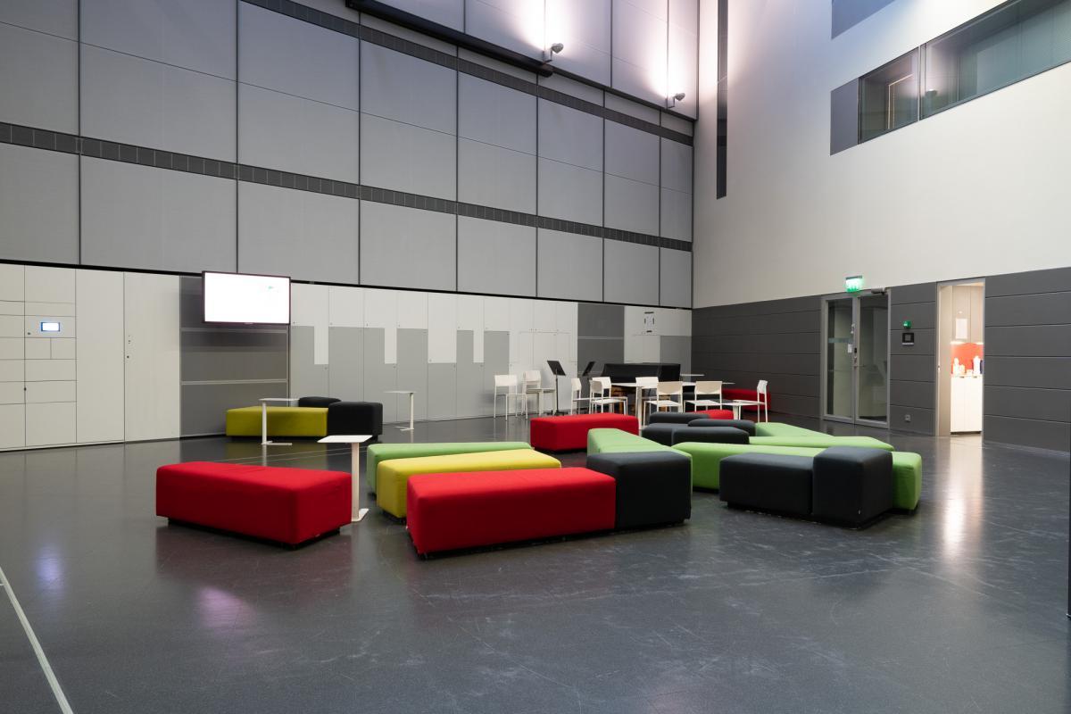 Tila, jossa värikkäitä sohvia