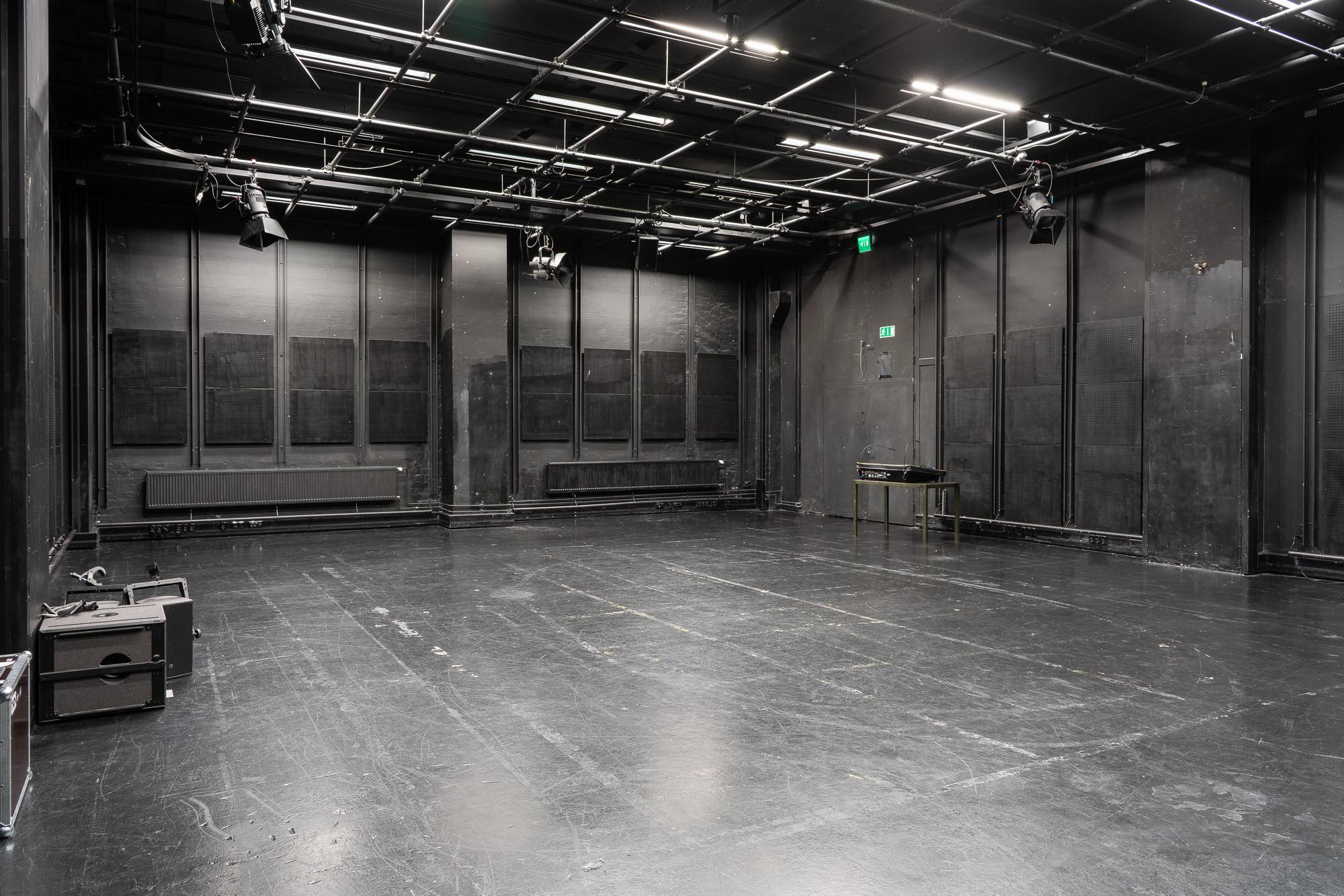 Neljäs kerta avasi ovet ohjaajaopintoihin – Teatterikorkeakoulun pääsykokeet välikarsintoineen vaativat kovaa paineensietokykyä