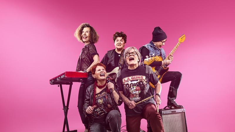 Musiikkiyhtye pinkkiä taustaa vasten