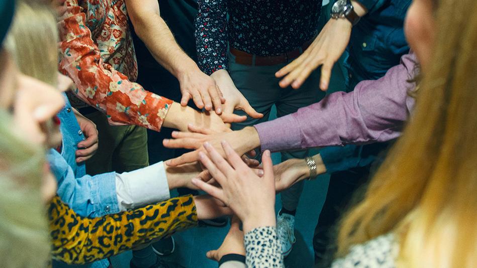 Opiskelijoiden käsiä ristissä päällekkäin