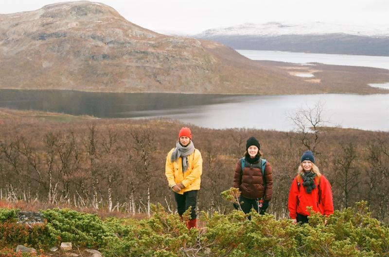 Kolme opiskelijaa kiipeämässä Saana -tunturille.