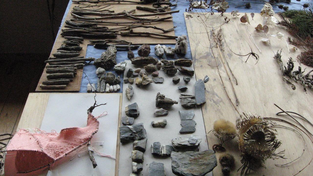 Kiviä ja oksia pöydällä