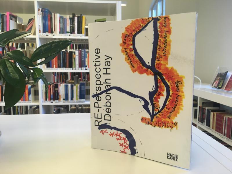 Kirjan Re-perspective Deborah Hay -kansi.