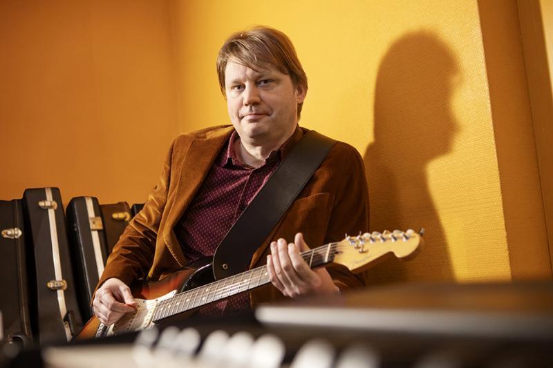 Kuva Sami Alanteesta kitaran kanssa.