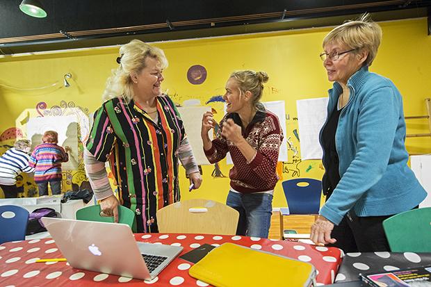 Kolme naista keskustelee taidetyöpajassa.