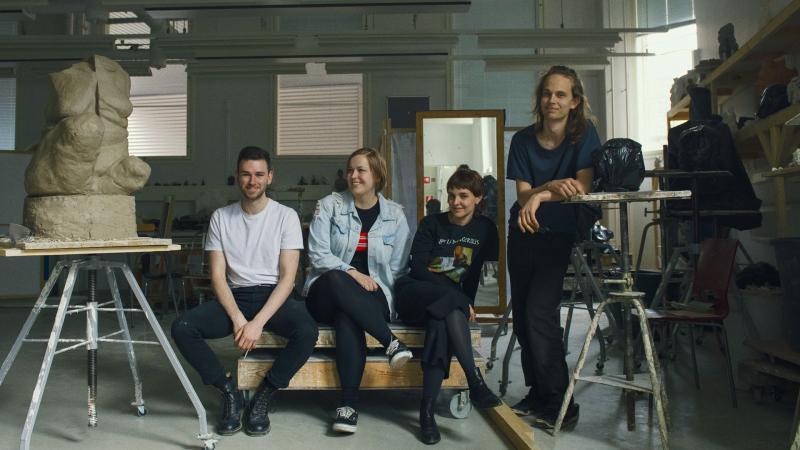 Taideyliopiston opiskelijoita veistoluokassa. Kuva: Veikko Kähkönen