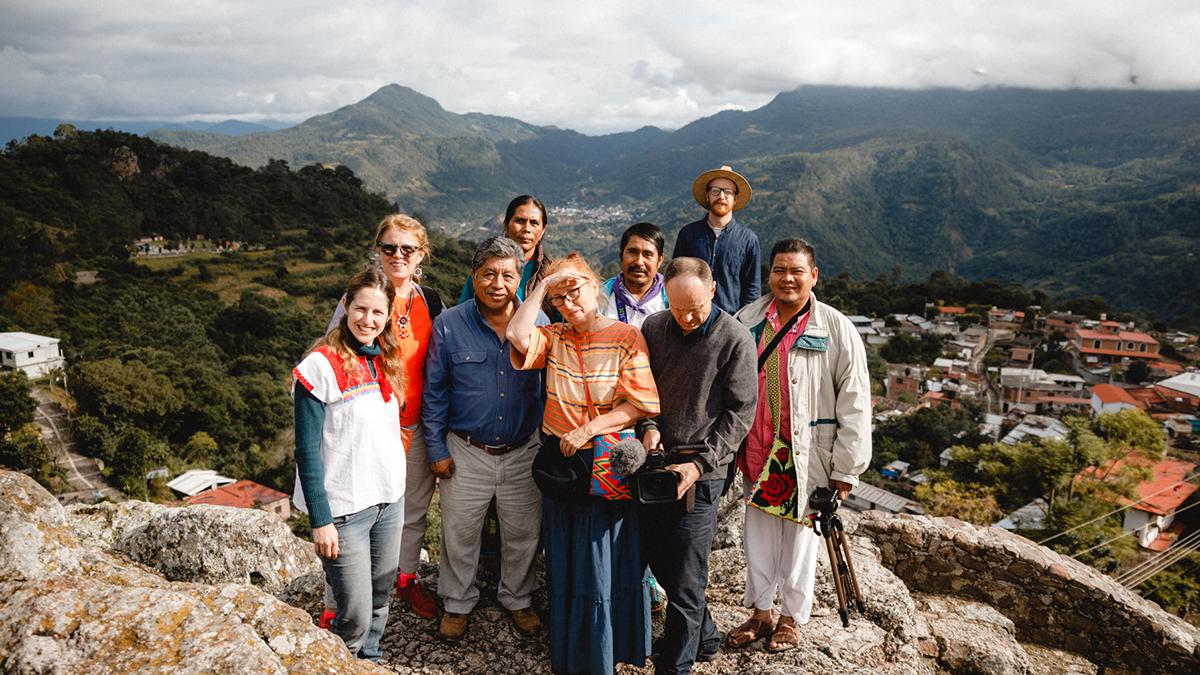 Ihmisiä ryhmäkuvassa vuorella