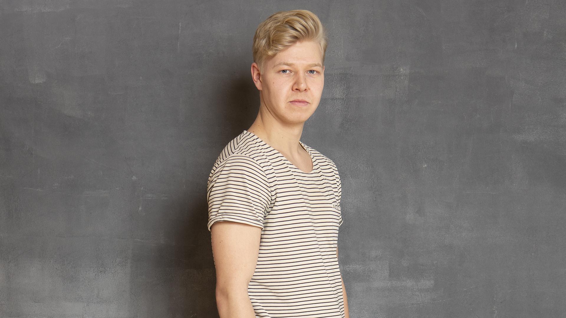 Jussi-Petteri Peräinen katsoo suoraan kameraan.