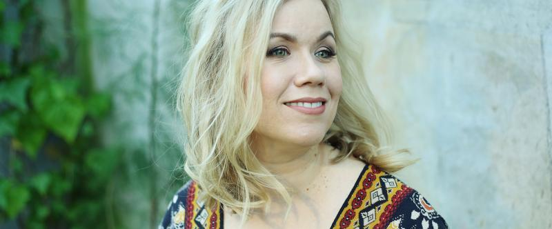 Emmi Kujanpää hymyilee kuvassa.