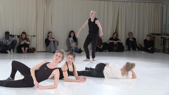 Tanssijoita esiintymässä tanssistudiossa.