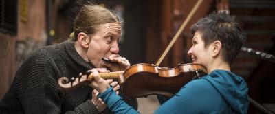 Emilia Lajunen soittaa viulua.
