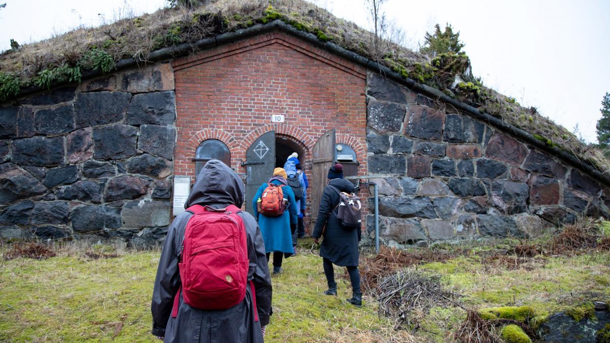 Väkeä kävelemässä Kuninkaansaaren maastossa.