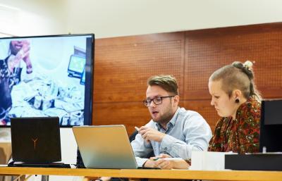 Opiskelijat työskentelevät tietokoneella. Kuva: Veikko Kähkönen