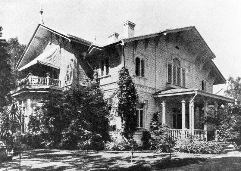 Turholman huvila oli Acktén mielestä kauniimpi valkoiseksi maalattuna. Talon maalausoperaatio suoritettiin 1908. 1980-luvulla tehdyssä remontissa talon julkisivun väri palautettiin alkuperäiseen raidalliseen kuosiinsa. (Helsingin kaupunginmuseo, kuvaaja tuntematon, ennen 1925)