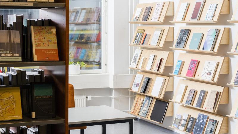 Kirjaston sisätilat, etu- ja taka-alalla kirjahyllyjä.