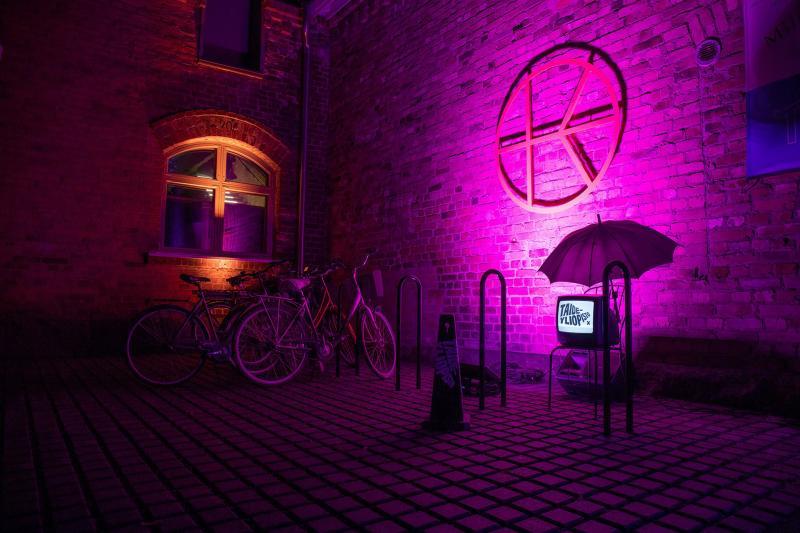 Kuvassa Kalevan Navetan sisäänkäynti violetissa valaistuksessa.