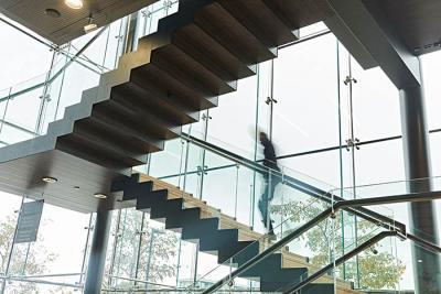 henkilö kävelee ylös portaita