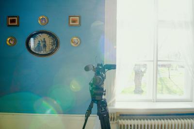 Telineessä oleva kamera ikkunan edessä