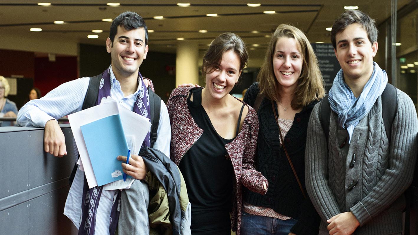 Ryhmä opiskelijoita Musiikkitalolla.