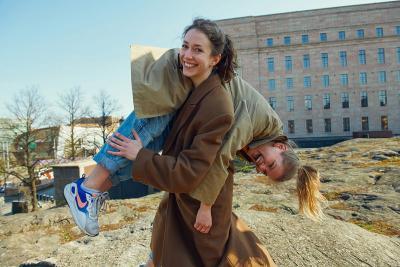 Nainen kantaa toista naista hartiallaan