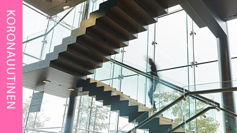 henkilö kiipeää portaita