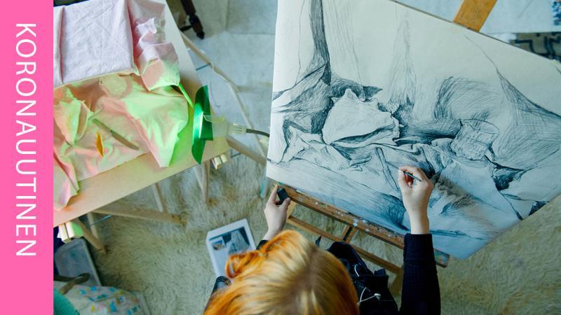 Tyttö piirtää
