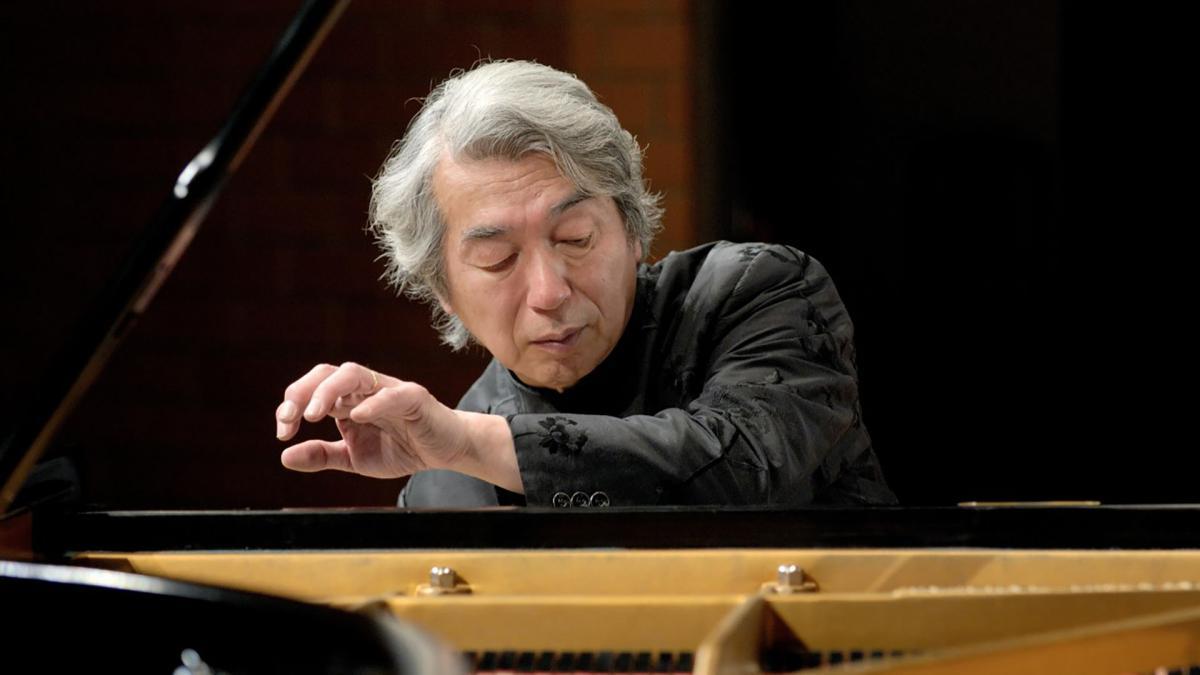 Izumi Tateno plays the piano. He has a look at the piano keyboards.