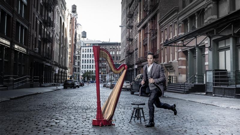 Emmanuel Ceysson juoksee kadulla harpun edessä