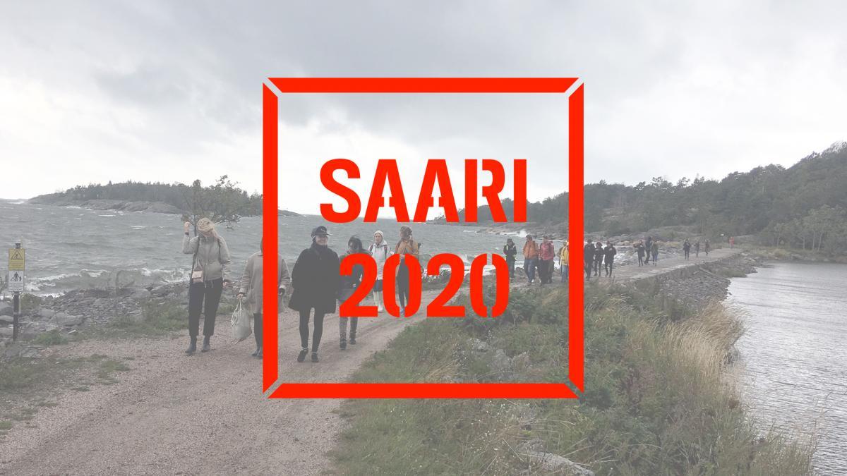 Ihmisiä ylittämässä Kuninkaansaareen johdattavaa kannasta. Kuvan päällä Saari 2020 -logo.