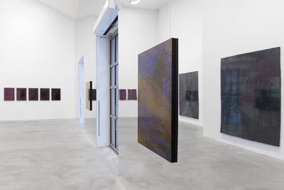 Taideteoksia esillä galleriassa.