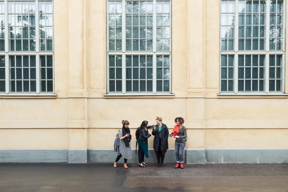 neljä naista rakennuksen edessä